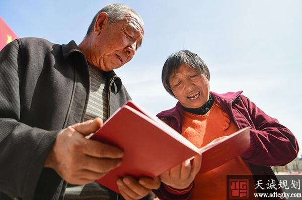 """内蒙古首批村民拿到土地""""身份中""""拉开土地确权颁证序幕"""