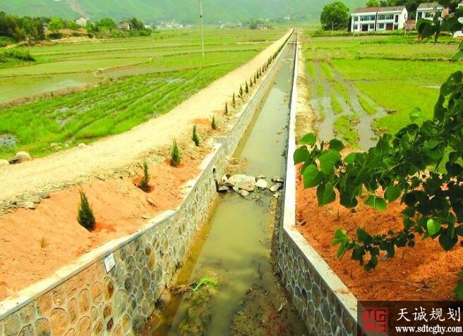 平江县57个贫困村已全面铺开农田水利基础建设